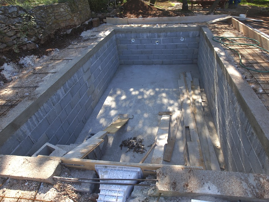 repairing concrete swimming pools
